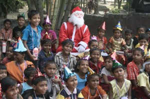 Kids_watching_the_magic_show_with_santa